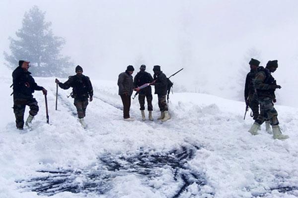 सुरक्षित निकाले गए बर्फीले तूफान में फंसे तीन लोग