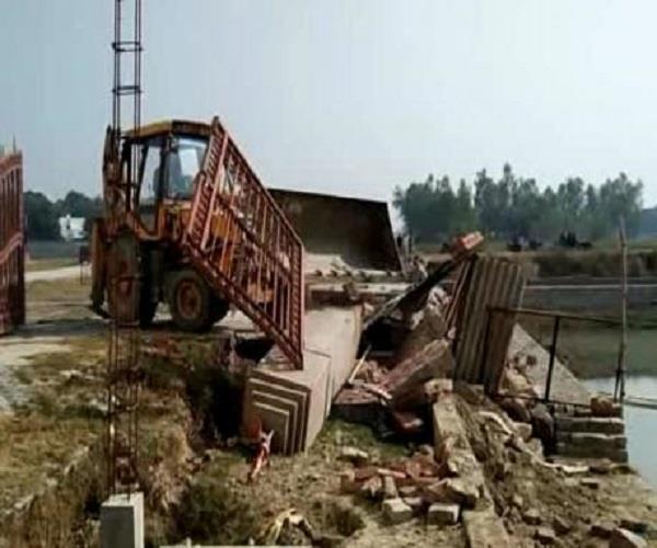 गायत्री प्रजापति की बढ़ी मुश्किलें, अवैध निर्माण पर बनी बाउंड्रीवाल पर चला बुलडाेजर