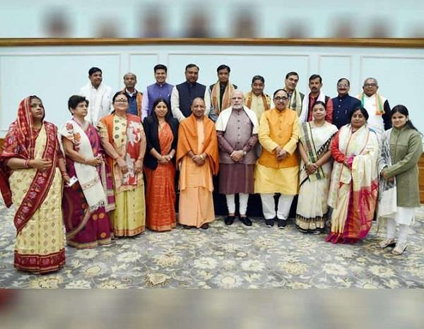 दिल्ली में PM से मिले UP के नवनिर्वाचित महापौर, ओखी के कारण रद्द हुआ गुजरात चुनाव प्रचार का प्लान