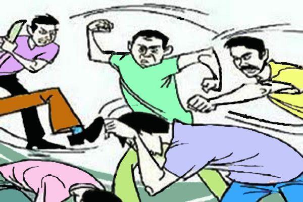 अवैध शराब पकडने गई पुलिस पर लोगों ने किया हमला