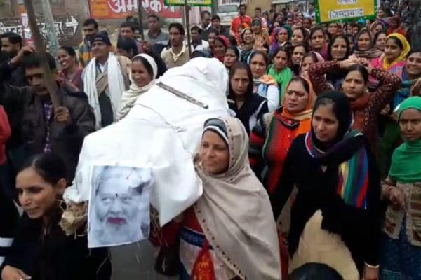 NHM कर्मचारियों ने धारा 144 का किया विरोध, फूंका अनिल विज का पुतला