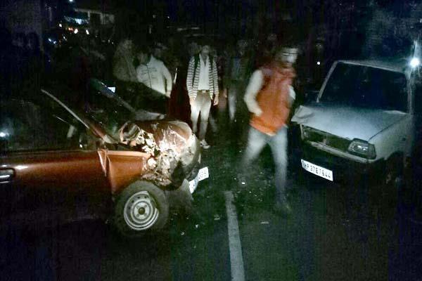 2 कारों में जबरदस्त टक्कर के बाद मची चीखोपुकार, 14 लोग पहुंचे अस्पताल