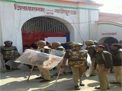 गाजीपुर: जिला कारागार में बंदियों का बवाल, पुलिसकर्मी घायल
