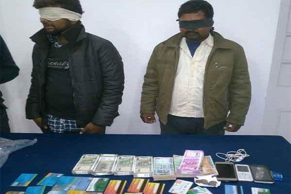 दो नेपाली युवकों से मिले 47 ATM कार्ड, साढ़े चार लाख रुपए बरामद