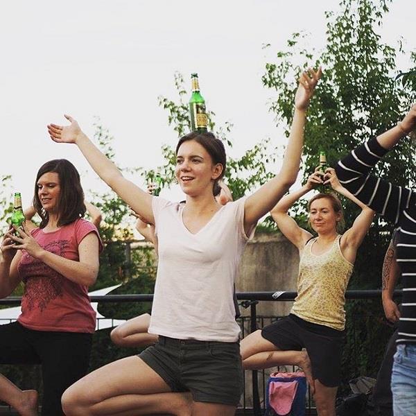 यहां बीयर पीते हुए लोग करते हैं योग!