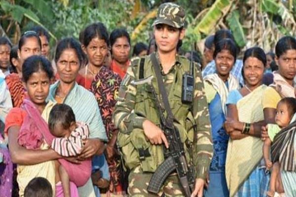 नक्सलियों की तलाश में बेखौफ घूम रही महिला CRPF अधिकारी