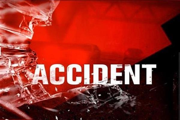 गाड़ी अनियंत्रित होकर कैंटर से टकराई, व्यक्ति की मौत, 2 घायल