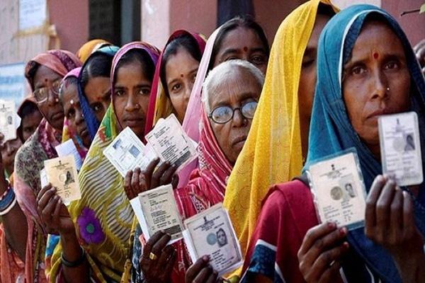 उत्तर प्रदेश की चुनावी दिलचस्पियां पति के विरुद्ध पत्नी और मां के विरुद्ध बेटा और एक नेत्रहीन भी मैदान में