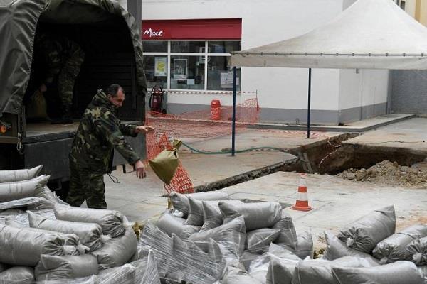 दहशत में ग्रीस का यह शहर, 70 हज़ार लोग हटाए
