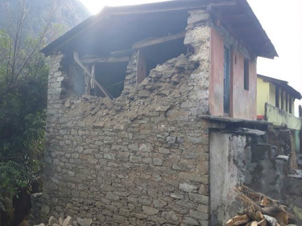 उत्तराखंड: भूकंप से कई घरों में आई दरारें, लोगों ने सड़क पर बिताई रात (PICS)