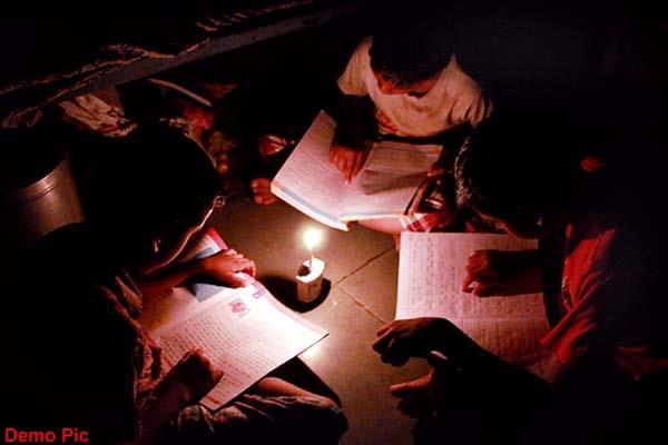 अंधेरे में गांव, दीयों के सहारे हो रही वार्षिक परीक्षा की तैयारी