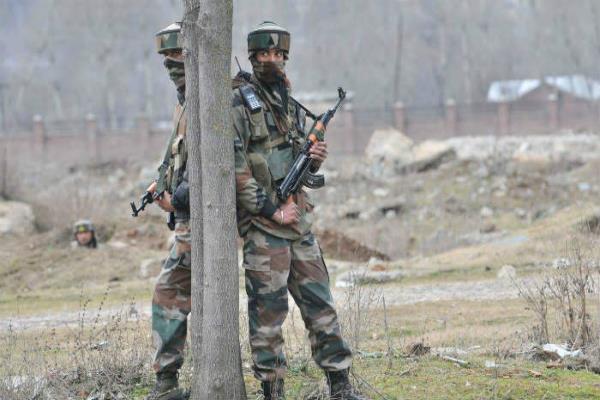 पुलवामा में सुरक्षाबलों और आतंकियों के बीच मुठभेड़ जारी, सेना ने पूरे इलाके को घेरा