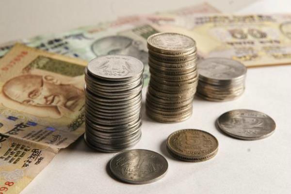डॉलर के मुकाबले रुपया 9 पैसे मजबूत