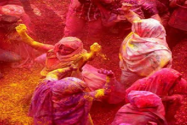 कुप्रथाओं की बेड़ी तोड़ विधवाओं ने मनाया रंगों का त्यौहार होली