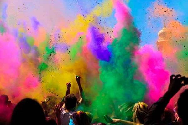 राशि के अनुसार इन रंगों से खेलें होली, इनसे करें बचाव