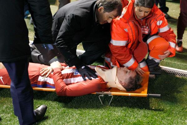 फर्नांडो टोरेस के सिर में चोट लगी, मैदान पर हुए बेहोश