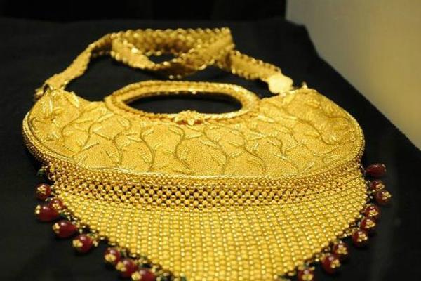 मोदी ने उतारा सोने का रंग, जानें कितने गिरे दाम