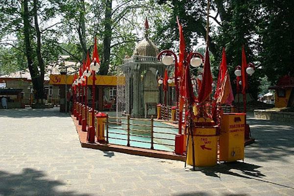 CM महबूबा के एडवाइजर कश्मीर के इस मंदिर में पहुंचे, जानिए क्या है खास