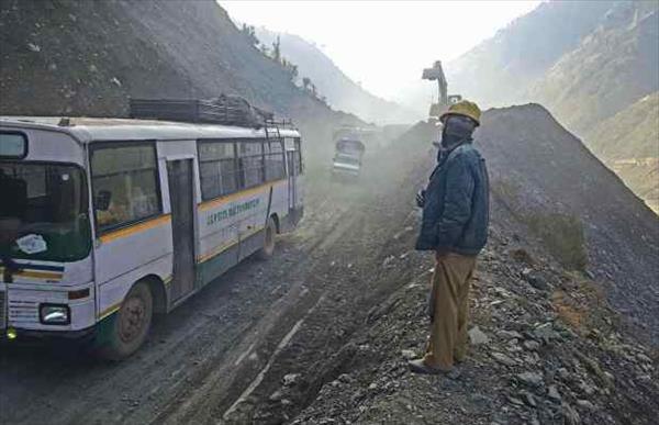 श्रीनगर-जम्मू राजमार्ग पर 10 दिनों से फंसे वाहन जम्मू की ओर रवाना