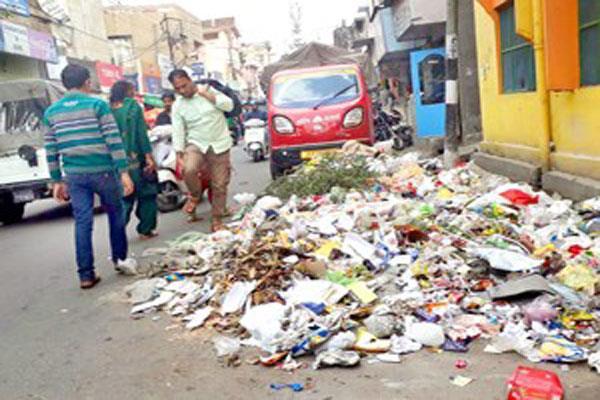 जम्मू में सफाईकर्मियों की हड़ताल का चौथा दिन, गंदगी से बेहाल है मन्दिरों का शहर