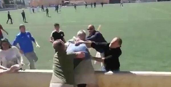 बच्चों के फुटबॉल मैच में हिंसा, माता-पिता भी भिड़े (video viral)