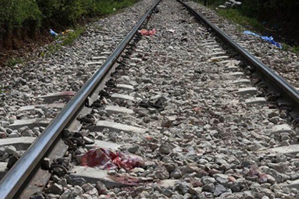 दोस्तों के सामने ट्रेन की चपेट में आया युवक, मौत