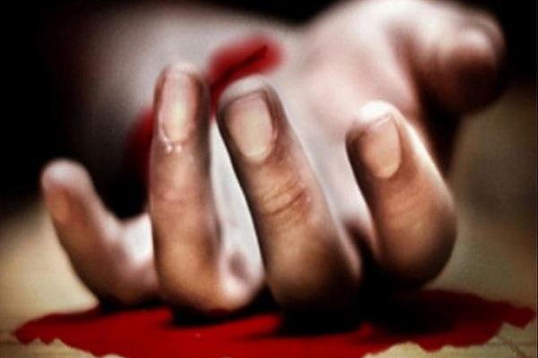 परीक्षा केंद्र में छात्रा ने काटा हाथ, खून से लिखा प्रेमी का नाम