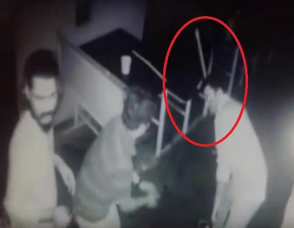 CCTV में कैद हुई पुलिसकर्मियों की दादागिरी, बार में घुसकर की मारपीट(VIDEO)
