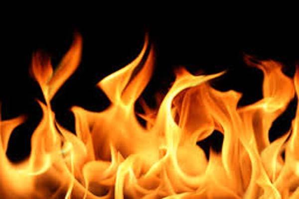 बंद पड़ी दुकान अचानक आग लगने से हुई राख