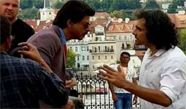 देर रात सड़क पर ये क्या कर रहे हैं शाहरुख खान और इम्तियाज अली
