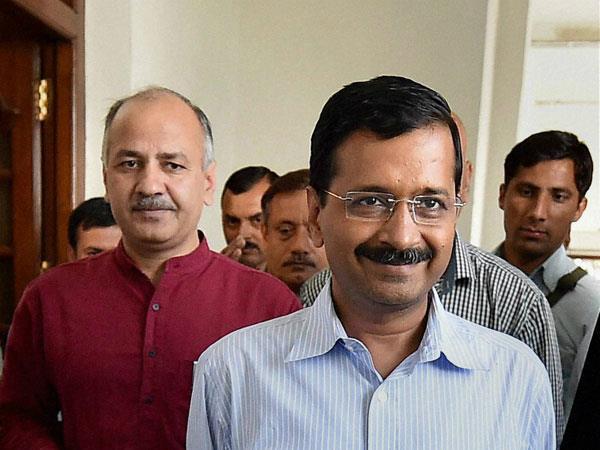 MCD चुनाव: AAP की उपलब्धियां गिनाते हुए केजरीवाल ने सिसौदिया को कह दिया 'पागल'