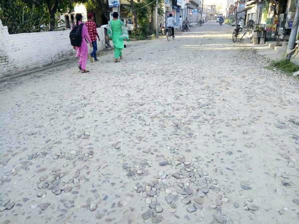प्रधानमंत्री ग्रामीण सड़क योजना के तहत बनी सड़क की हालत बदतर