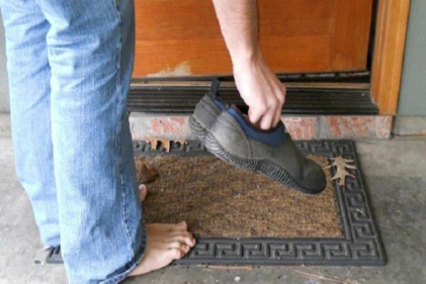 अनदेखी न करें जूते-चप्पल की यह बातें, शनि की नजरों से बचें