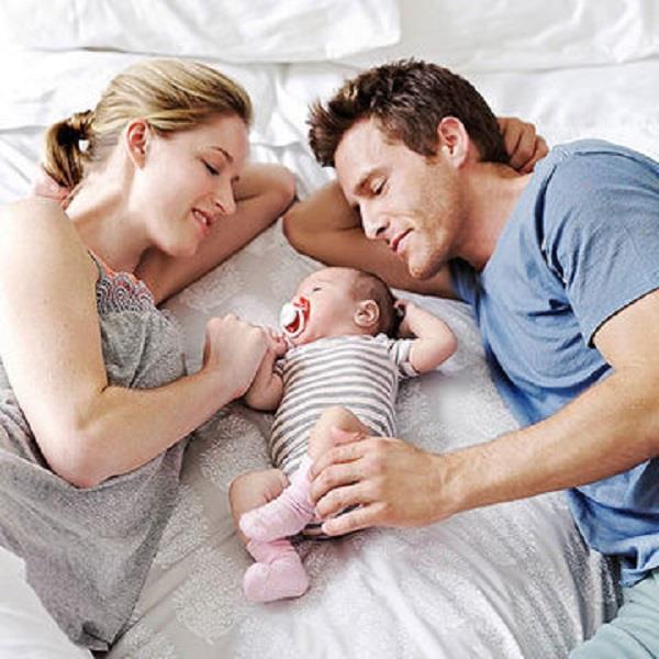 पार्टनर क्या करें जब पास सो रहा हो बच्चा?