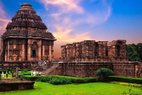 सूर्य मंदिर की नगरी कोणार्क, शृंगार रस को सजीव मैथुनिक रूप में उकेरा गया है