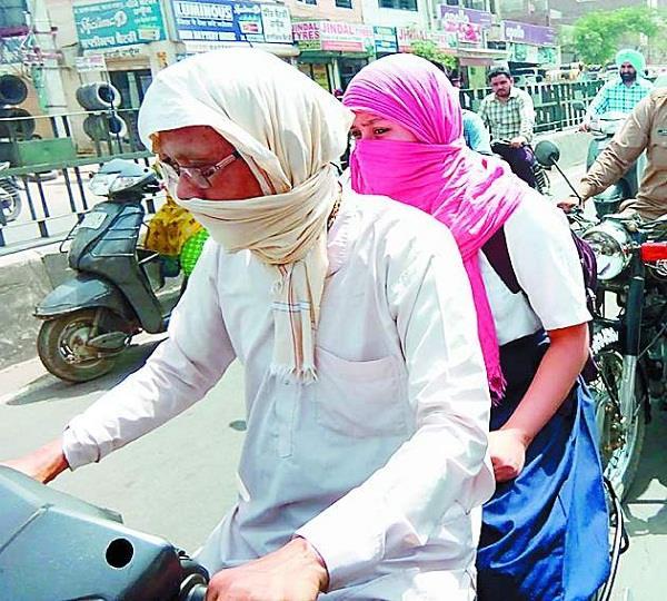 कड़कती धूप में घर लौटना विद्यार्थियों को कर रहा परेशान, हाल बेहाल