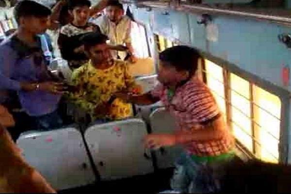 ट्रेन में वेंडर ने की लड़की से शर्मनाक हरकत, यात्रियों ने की लात घूंसों से पिटाई