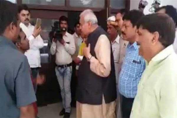 दिव्यांग कर्मचारी को मंत्री सत्यदेव पचौरी ने किया अपमानित, पीड़ित ने कहा-CM से करूंगा शिकायत