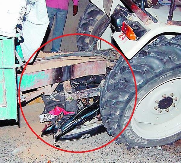 हादसा इतना भयानक कि ट्रैक्टर के नीचे जा फंसा मोटरसाइकिल सवार दम्पति , पत्नी की मौत