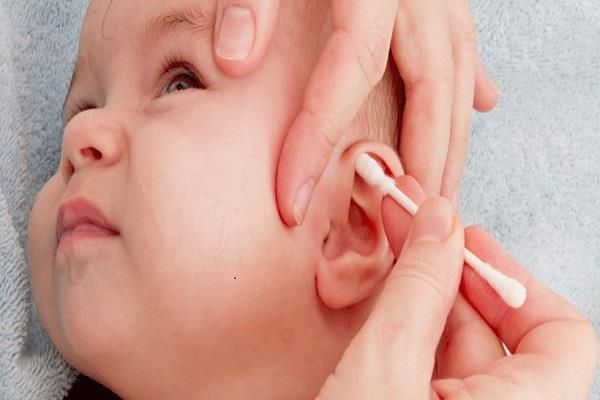 शिशु के कान में जमी मैल को इन 4 तरीकों से करें साफ