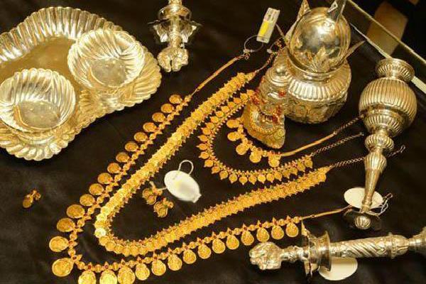 चांदी की कीमतों में भारी गिरावट, सोना स्थिर