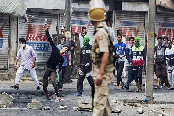 पाकिस्तान की नई साजिश, पत्थरबाजों को कर रहा कैशलेस फंडिंग