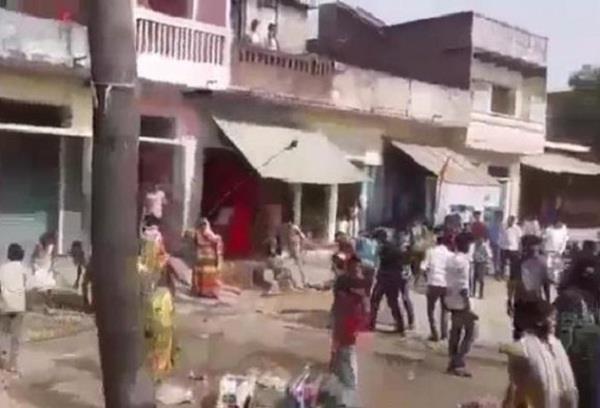 इलाहाबाद में शराब के ठेके पर मर्दानियों का हल्ला बोल, पुलिस ने बरसाई लाठियां