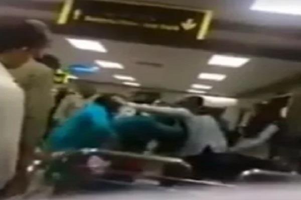 टिशू पेपर मांगने पर सुरक्षाकर्मी ने मां-बेटी को बुरी तरह पीटा, वीडियो हुआ वायरल