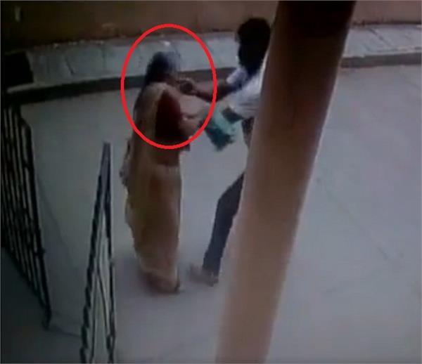 सरेआम वृद्ध महिला से चेन लूटने का वीडियाे VIRAL