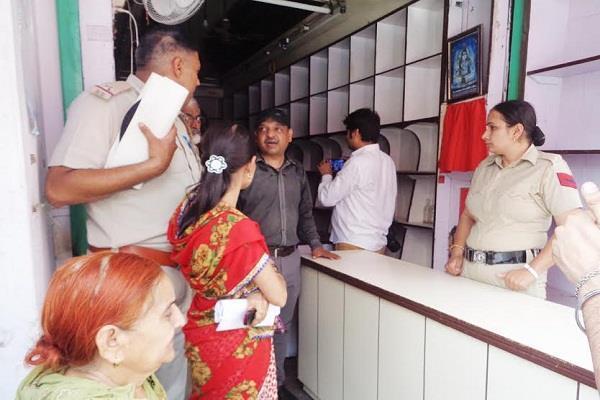 कोर्ट के आदेश पर पुलिस ने दिलवाया दुकान का कब्जा