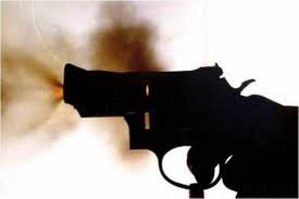 दो गुटों में खूनी झड़प दौरान चली गोलियां, 2 नौजवान घायल