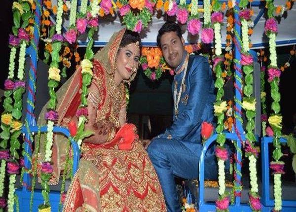 दूल्हा-दुल्हन रिक्शे में बैठकर शादी करने पहुंचे, देखें Video