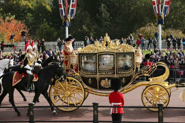 ब्रिटेन यात्रा के दौरान महारानी की बग्घी में सवारी करना चाहते हैं ट्रंप