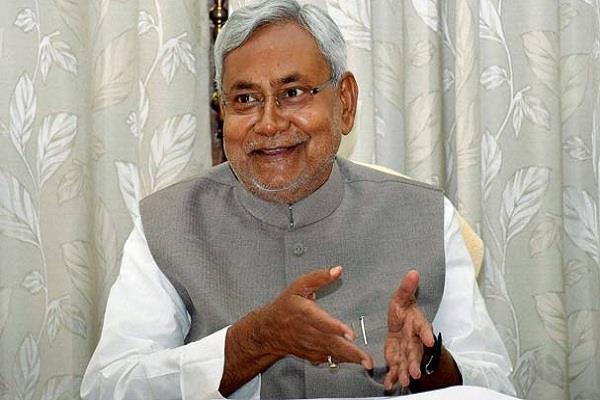 लालबत्ती पर बोले नीतीश कुमार, मोदी सरकार करती है मेरी नकल